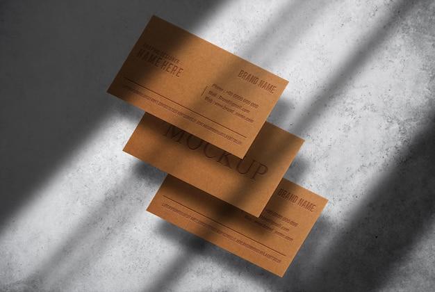 Maquete de cartão de visita de papel marrom luxuoso em relevo