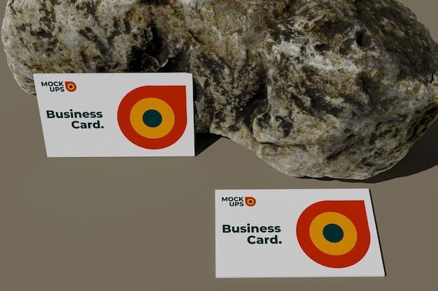 Maquete de cartão de visita de vista superior na rocha