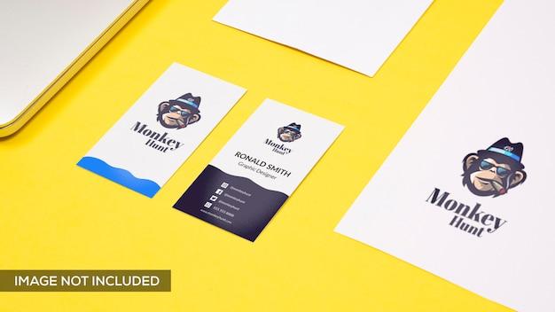 Maquete de cartão de visita e maquete de logotipo em amarelo