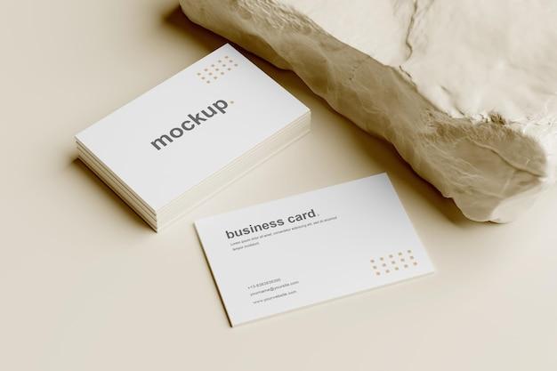 Maquete de cartão de visita e vista em perspectiva de pilha com pedra branca
