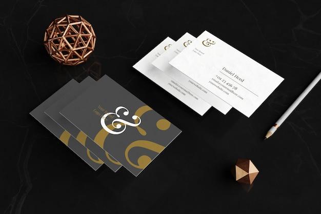 Maquete de cartão de visita elegante em piso de mármore preto