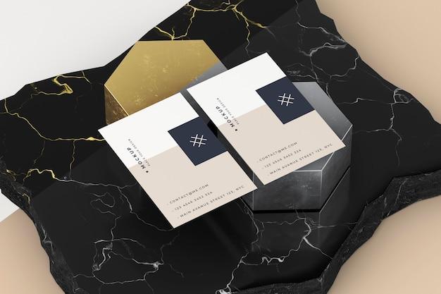 Maquete de cartão de visita em cima de mármore