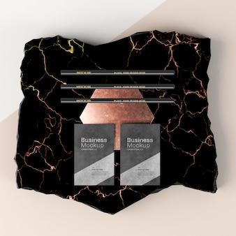 Maquete de cartão de visita em cima de uma superfície plana de mármore