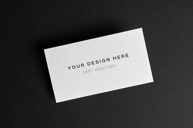 Maquete de cartão de visita em fundo de papel preto