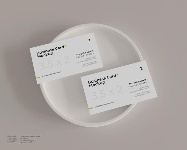 Maquete de cartão de visita em um prato