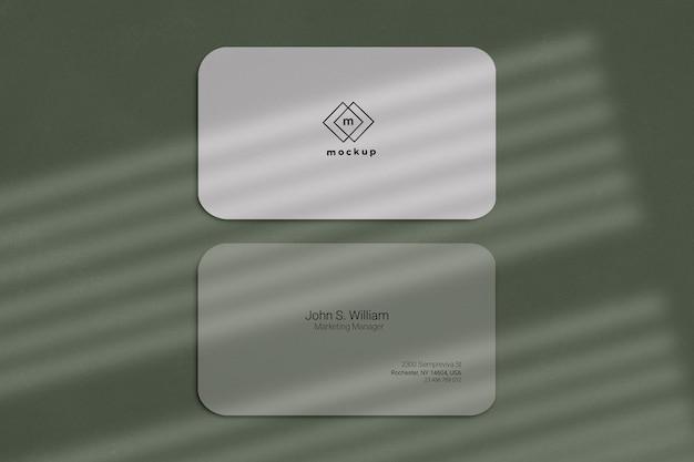 Maquete de cartão de visita, frente e verso com efeito de sombras na janela