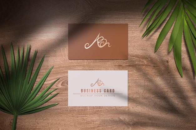 Maquete de cartão de visita mínimo com folhas e sombra