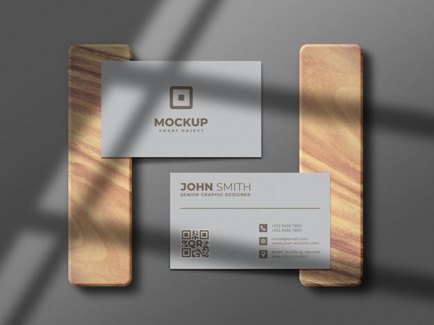 Maquete de cartão de visita mínimo e limpo em peça de madeira