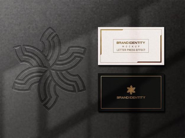 Maquete de cartão de visita moderno com fundo escuro e efeito de tipografia dourada premium psd