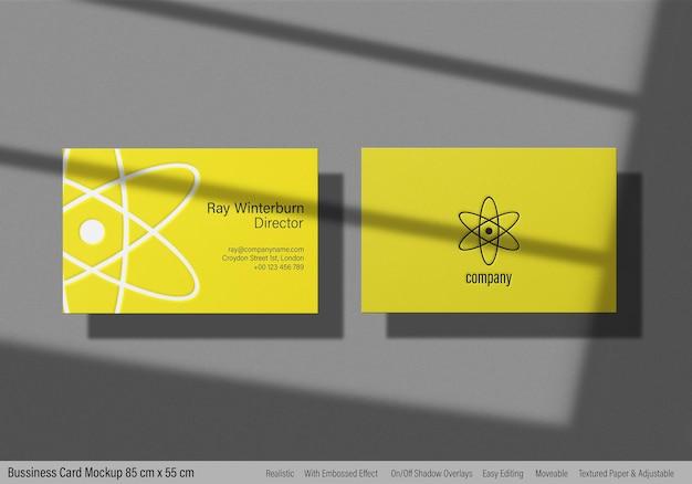 Maquete de cartão de visita moderno com impressão em relevo