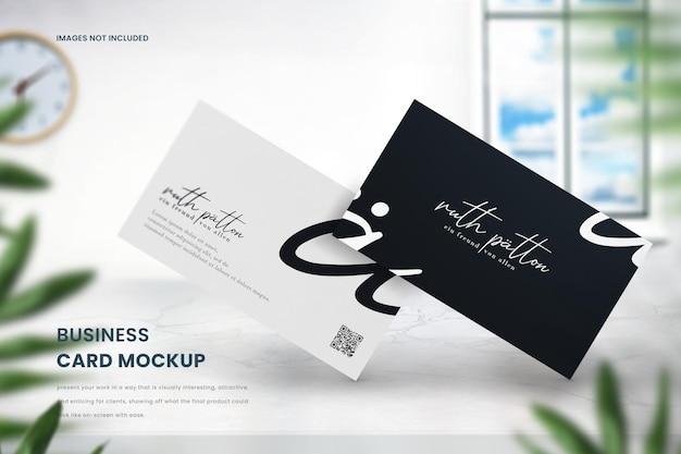 Maquete de cartão de visita moderno em mesa de mármore
