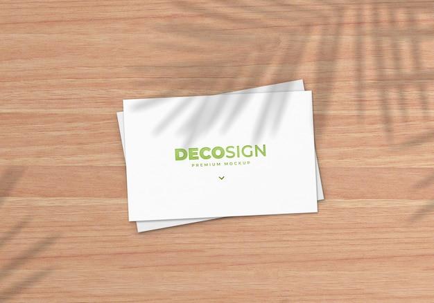 Maquete de cartão de visita natural na mesa de madeira