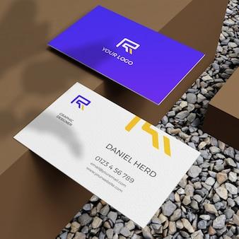 Maquete de cartão de visita no ambiente do chão de calhau