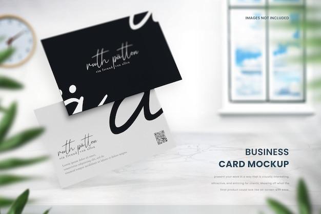 Maquete de cartão de visita premium em mesa de mármore