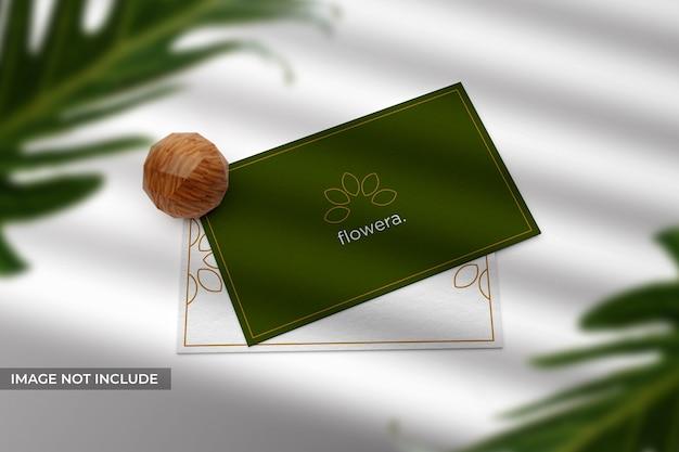 Maquete de cartão de visita realista e simples com folhas