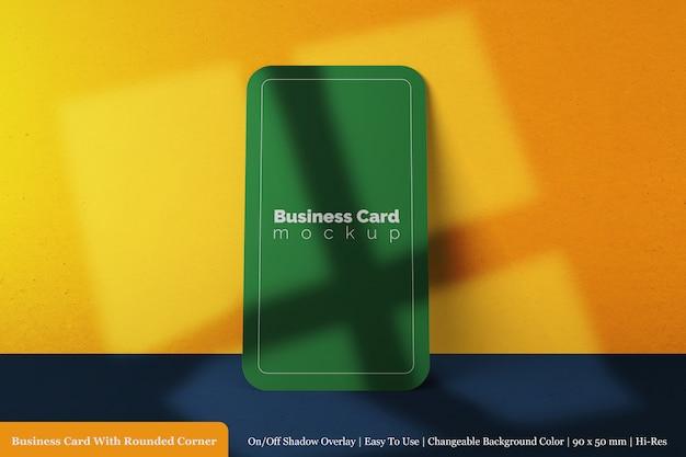Maquete de cartão de visita realista premium vertical 90x50 mm com sombra de sobreposição