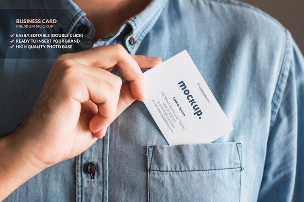 Maquete de cartão de visita segurado por um homem que o coloca no bolso