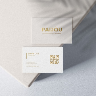 maquete de cartão de visita simples e elegante com design dourado