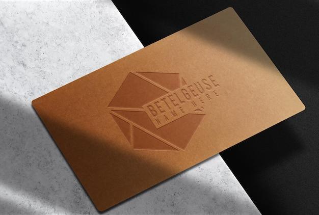 Maquete de cartão de visita único em papel marrom luxuoso em relevo