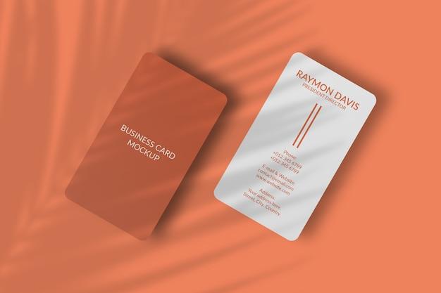 Maquete de cartão de visita vertical com canto arredondado com sombra de folha