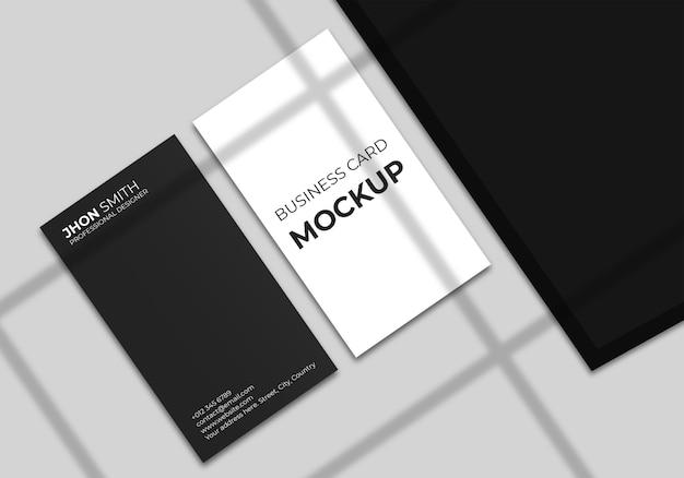 Maquete de cartão de visita vertical mínimo com sombra