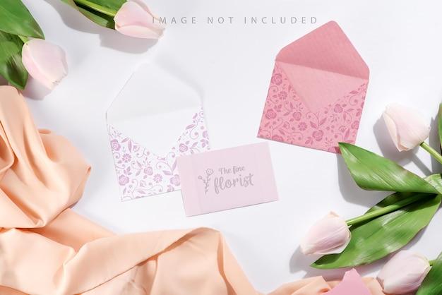 Maquete de cartão e envelopes com tulipas