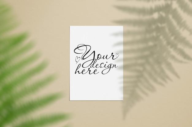 Maquete de cartão elegante com folhas
