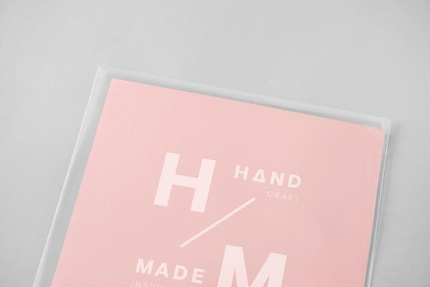 Maquete de cartão embrulhado em plástico