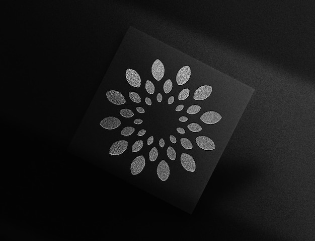 Maquete de cartão flutuante com logotipo de luxo prateado em relevo