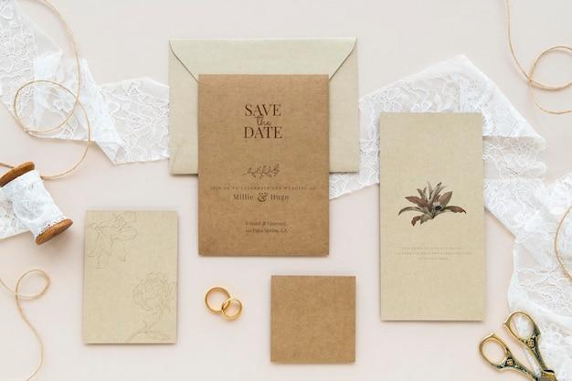 Maquete de cartão marrom em tecido de renda branca