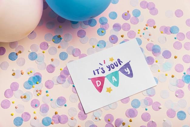 Maquete de cartão na composição de aniversário