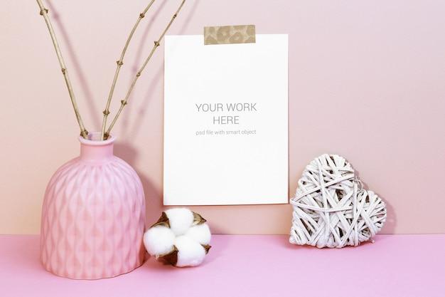 Maquete de cartão na parede com coração