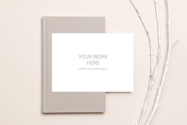Maquete de cartão no notebook e galhos