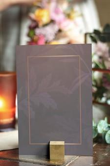 Maquete de cartão por buquê de flores em uma mesa de madeira