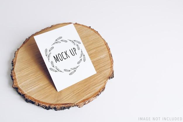 Maquete de cartão postal na seção de árvore cortada em madeira