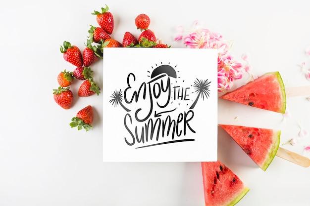 Maquete de cartão redondo com conceito de verão tropical com morangos e melancia