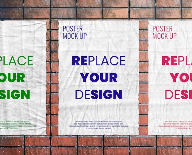 Maquete de cartaz enrugada colada na parede de tijolo realista