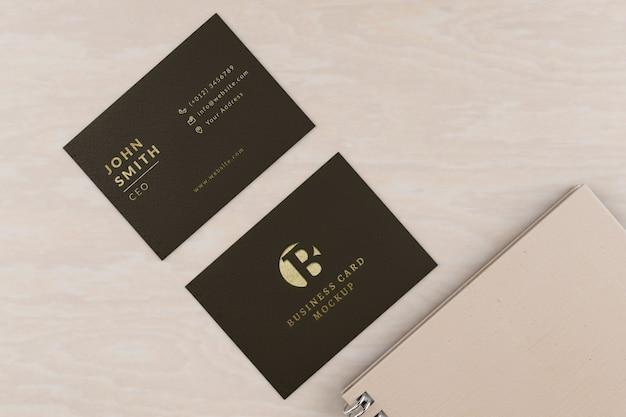 Maquete de cartões de visita com notebook