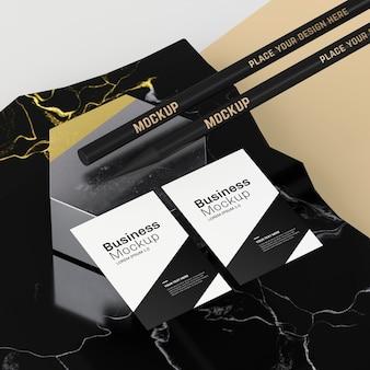 Maquete de cartões de visita e lápis
