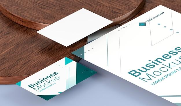 Maquete de cartões de visita em alta vista em placas de madeira