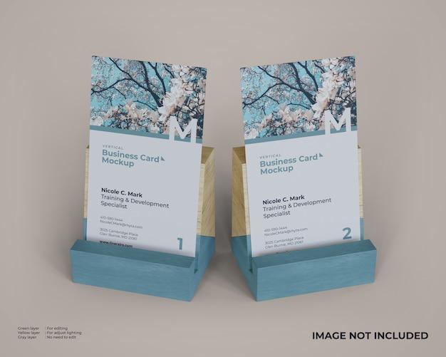 Maquete de cartões de visita vertical com suporte de madeira