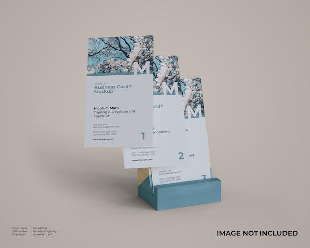 Maquete de cartões de visita vertical flutuante com suporte de madeira