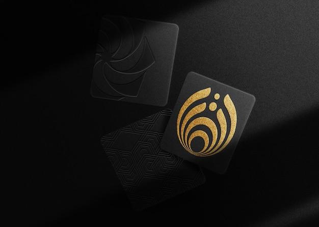 Maquete de cartões flutuantes com logotipo de luxo em relevo dourado