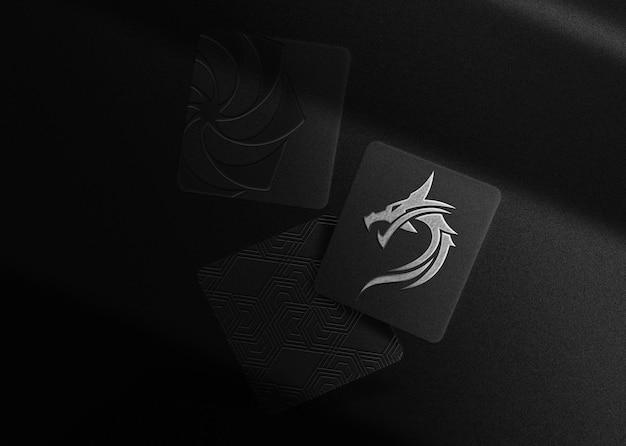 Maquete de cartões flutuantes com logotipo em relevo de placa de prata de luxo