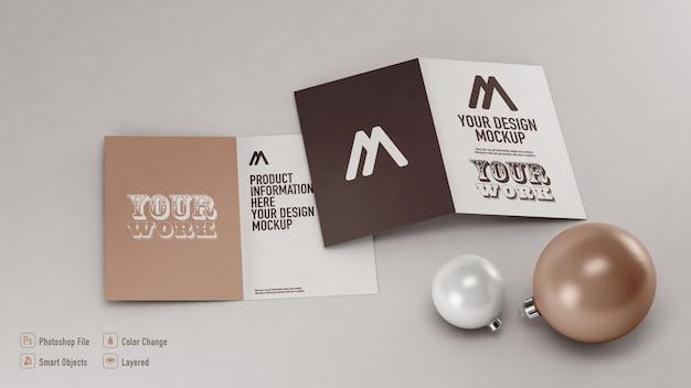 Maquete de cartões postais de natal ao lado de bolas de natal isoladas
