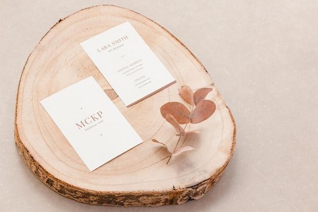 Maquete de cartões verticais e elementos orgânicos para o modelo de design. visão superior do conceito de marca