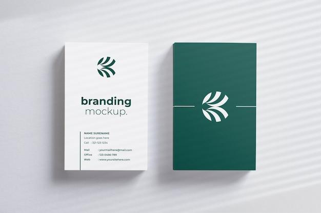 Maquete de cartões verticais modernos