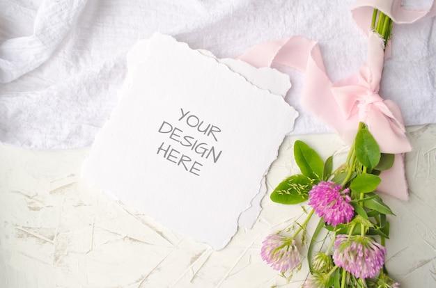Maquete de casamento com flores cor de rosa e delicadas fitas de seda em branco