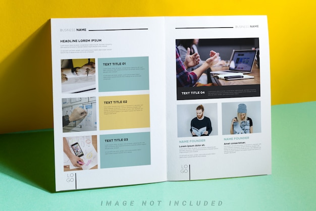 Maquete de catálogo ou brochura corporativa com sombras sobre a mesa colorida