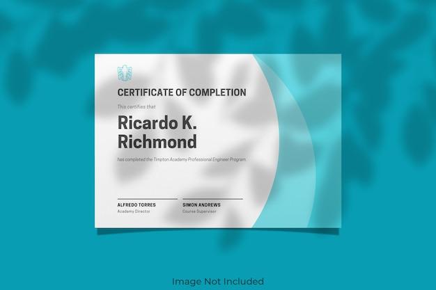Maquete de certificado elegante com sobreposição de sombra